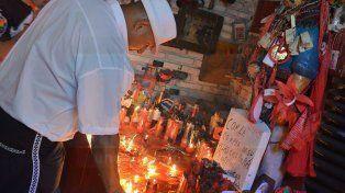 Emocionados. Le prendieron velas y le agradecieron en silencio por todas la ayudas recibidas.