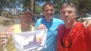 Foto: Club Náutico Paraná. Marcelo Suksdorf entrega el gallardete del CNP a la tripulación del Azzurro.