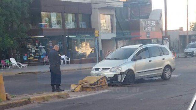 Encandilada. La conductora no pudo ver la puntera al doblar hacia la avenida. Foto: Estefanía Noro.
