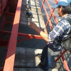 Se arrojó de un puente de 12 metros de altura para salvar a una nena
