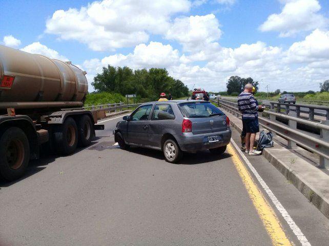 Perdió el control del auto y chocó contra la cabecera de un puente