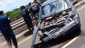 perdio el control del auto y choco contra la cabecera de un puente
