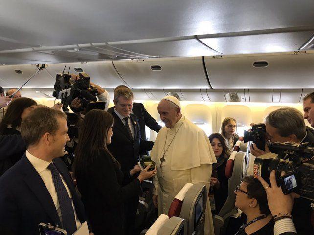 El Papa llegó a Chile y fue recibido por Bachelet