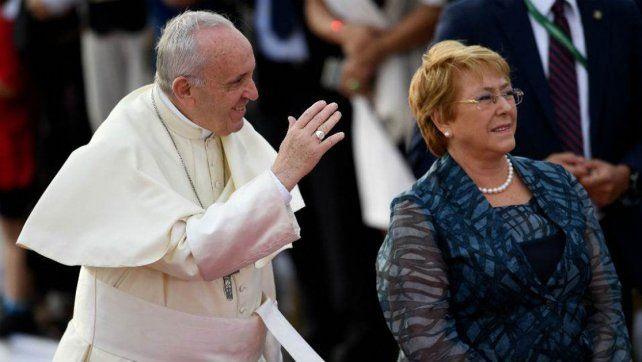 En suelo chileno. Francisco fue recibido por la presidenta del país trasandino.