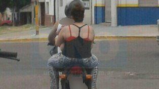 Un clásico. En las calles de Paraná se ven todos los días a varias personas sin cascos en las motos.