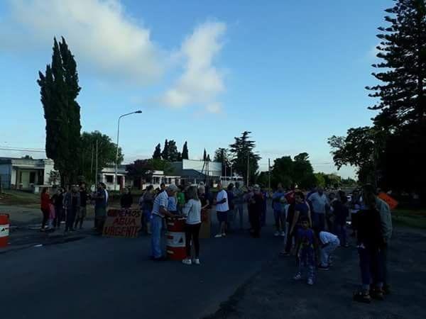 Protesta de vecinos en el kilómetro 5 y 1/2 por falta de suministro de agua potable