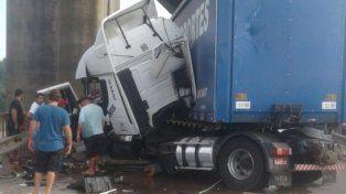 Un camión no respetó señales y destrozó el barandal del puente Mitre