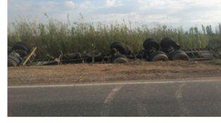 Camionero de Paraná de milagro se salvó en un vuelco en San Juan