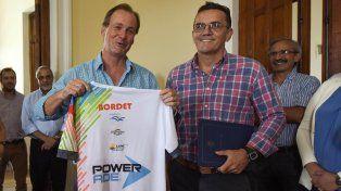 Power. El gobernador junto a organizadores del triatlón. La marca Bordet estuvo en la camiseta de la prueba..