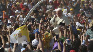 Multitud. El Papa Francisco llega a una reunión con jóvenes en el Santuario de Maipú en Santiago de Chile