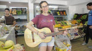Falta poco para el sorteo de la guitarra de Micaela y le regalaron una nueva