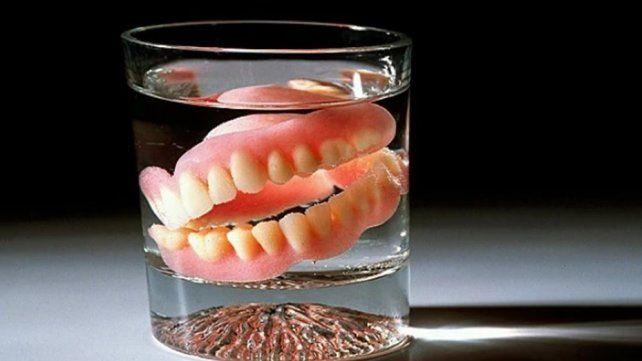 Se tragó su dentadura postiza mientras dormía, terminó en terapia intensiva