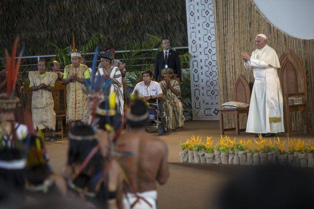 encuentro. Francisco confraternizó con los representantes de las poblaciones originarias de la Amazonia. Llegaron incluso desde Brasil.