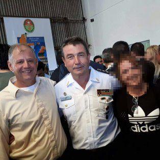 Se sacó una foto con el jefe de la Federal y luego la escracharon vendiendo droga