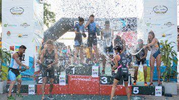 El podio final. Los primeros clasificados en ambas ramas festejaron a lo grande tras el cierre de la actividad que había comenzado el viernes con los Infantiles.