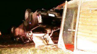 Volcó camioneta y trailer con una familia y dos caballos de carrera