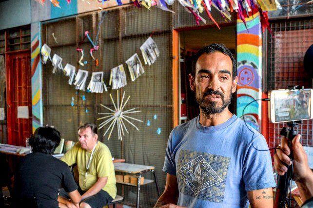 Christian Gutiérrez, el autor de El Cartógrafo, en la puerta de la biblioteca. Foto<b> UNO</b> Mateo Oviedo.