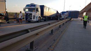 Impactante choque entre tres camiones en el puente de Zárate