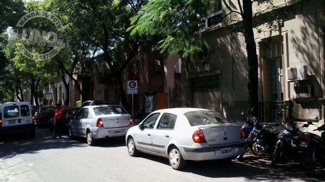 Autos en doble fila como si nada