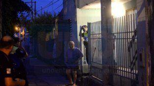 Sin violencia. La puerta estaba cerrada por dentro en la pensión donde fue encontrado la persona sin vida. Foto: Mateo Oviedo.