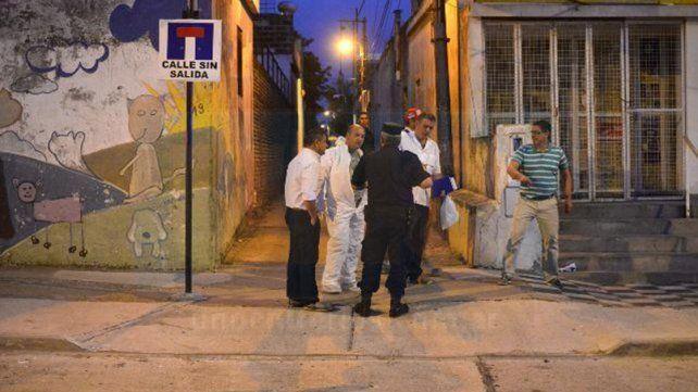 Policía científica. Los investigadores ingresaron a la vivienda con indumentaria específica. Foto: Mateo Oviedo.
