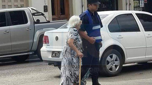 Gran gesto. Un familiar de la ministra Romero captó el momento en el que el Policía ayudó a una anciana.