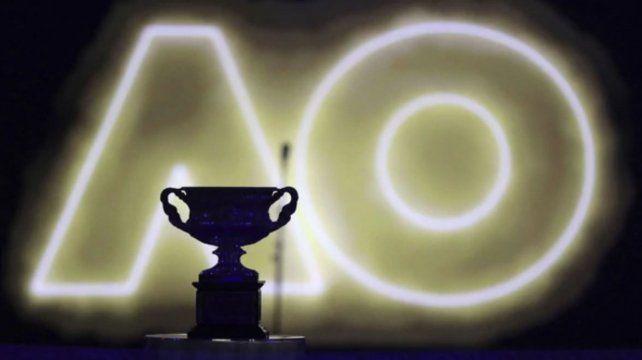 El torfeo Norman Brookes Challenge Cup que se llevó Roger Federer tras vencer a Marin Cilic en la final del Open de Australia 2018 (AP Photo/Dita Alangkara)