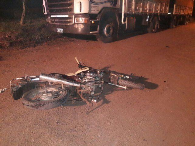 La Motomel quedó tirada en el camino frente al camión. Foto PER.
