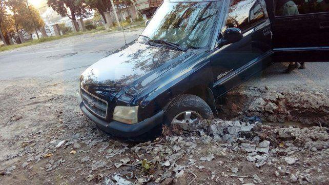 Avenida Zanni. Camioneta cayó en un pozo por pérdida de agua.