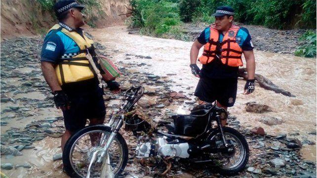 Temporal en Tucumán: Encontraron moto del joven perdido tras caer a un desagüe