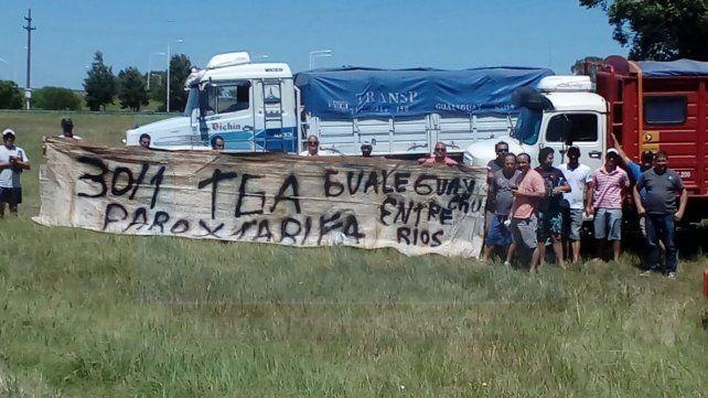 Transportistas cerealeros protestan a la vera de la ruta 14