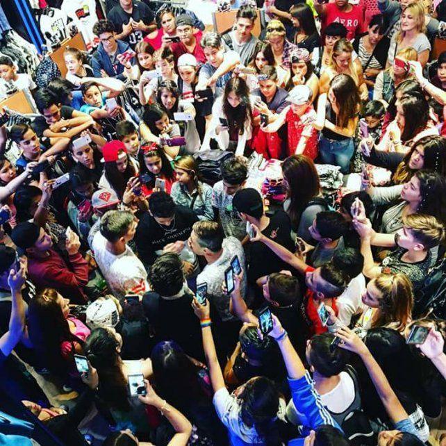 El artista rodeado por sus seguidores.