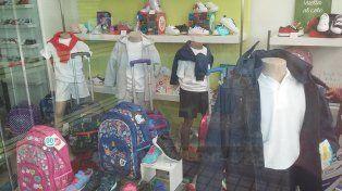Opciones. En vidrieras de los comercios de los distintos rubros que componen la canasta escolar ya se ofrece una amplia gama de productos.