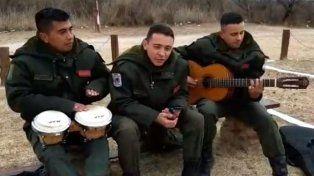 Conocé a los gendarmes que la rompen cantando Maluma