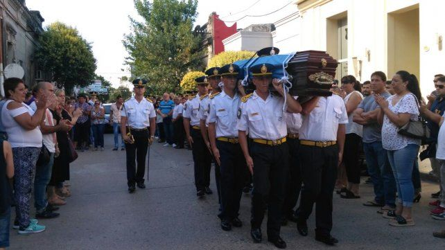 Sentida ceremonia. La población de Gualeguaychú quedó impactada por el crimen del policía. Foto: Diario El Argentino.