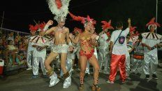 Todo el color. La noche de ayer, como la del sábado, fue propicia para que las formaciones se lucieran, con sus trajes y coreografías ensayadas en los barrios de la ciudad.