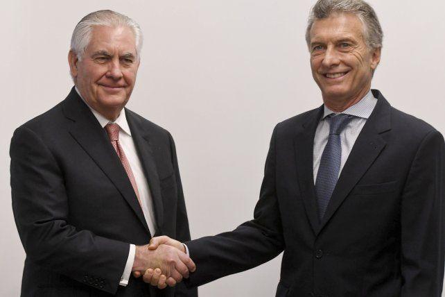 Protocolo. La foto de rigor entre Tillerson y Macri