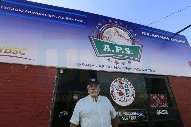 En el Estadio. El máximo dirigente de la entidad junto a nuevo cartel que estrenarán con el certamen que comenzará en horas en la capital entrerriana.