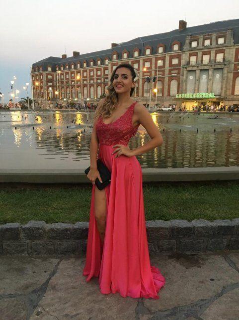 Antes de la ceremonia. (Vestido Marisel Cravero y accesorios by Ramón Ayala)