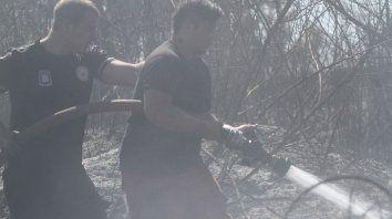 Los bomberos en acción. Foto UNO Juan Ignacio Pereira.