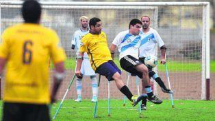 El crespense defiende la pelota con la marca de uno de los Guerreros. Foto La Capital