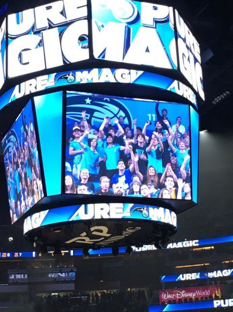 En escena. Los chicos en la pantalla del estadio Amway Center.