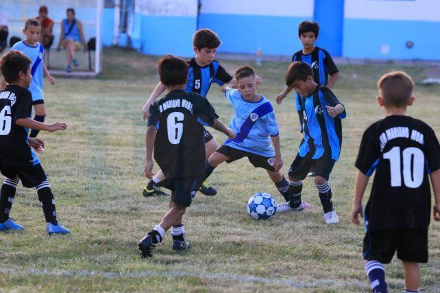 Los chicos 2009 de Don Bosco y Mariano Moreno disputando uno de los partidos programados para la jornada. FotoUNODiego Arias