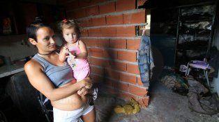 Mujer embarazada perdió todo al incendiarse su vivienda en Bajada Grande