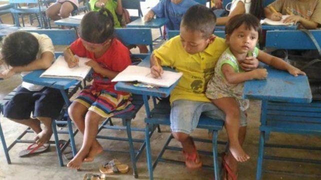 Foto viral: el nene que cuida a su pequeña hermana mientras estudia