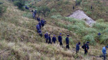 Los policías trabajando en el monte encontraron armas y mochilas.