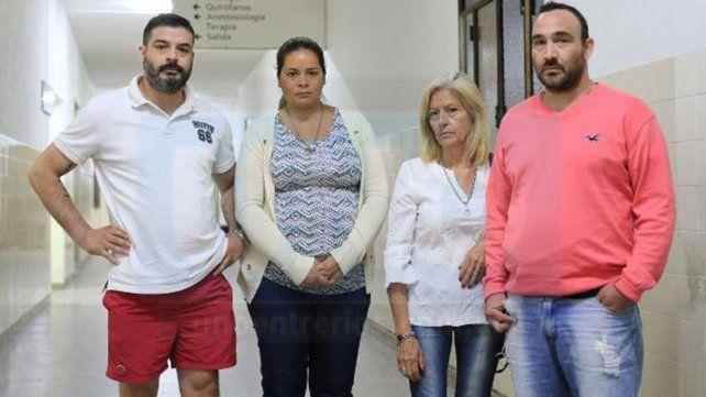 Tensa espera. Los familiares del Policía López hacen guardia en el San Martín. Foto: Juan Pereira.