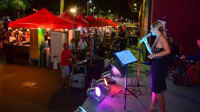 Cada noche. Hay stands para recorrer y música en vivo.