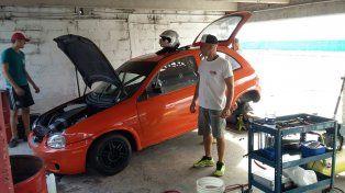 Se subió al auto naranja. El piloto paranaense Favio Grinóvero probó días pasados el Chevrolet Corsa que utilizará en la temporada 2018 del TPA
