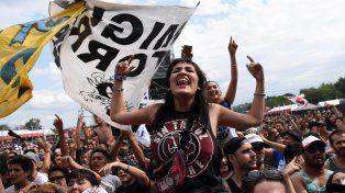 Delirio. La gente no se cansó de bailar y acompañar a las bandas que desfilaron por los escenarios ubicados entre las sierras.